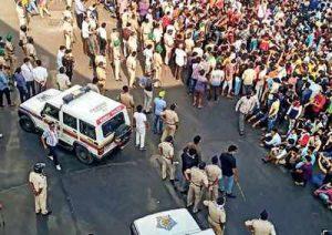 बांद्रा स्टेशन के बाहर कार्यकर्ता एकत्र हुए